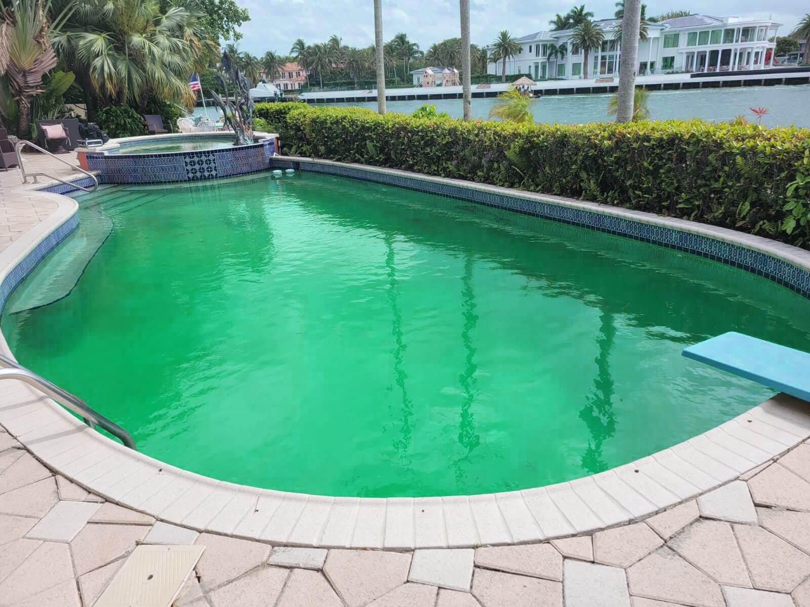my pool turns green because have pool leak